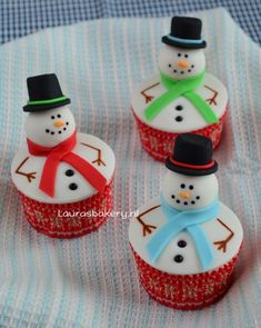 sneeuwpop cupcakes Cute Cupcakes, High Tea, Baked Goods, Biscuits, Baking, Christmas Ornaments, Holiday Decor, Desserts, Food