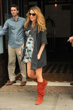 Pregnant Blake Lively dons her favourite Michelle Kim coat in NYC Bumping along nicely! Pregnant Blake Lively covered her growing bump with her favourite new Michelle Kim coat while leaving her Manhattan hotel Saturday Blake Lively Pregnant, Blake Lively Family, Blake Lively Style, Blake And Ryan, Blake Lively Ryan Reynolds, Pregnancy Looks, Pregnancy Outfits, Stylish Pregnancy, Pregnancy Style