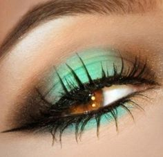 Mint green & chocolate colored eye makeup. wo this would look so nice with this green mint shirt i got someone a while ago ;)