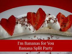 Healthy banana splits with heart-shaped strawberries: an easy and healthy treat for a special #Valentine breakfast or the #school #party