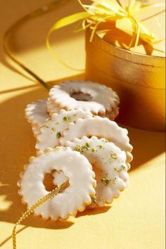Ingredience: mouka pšeničná hladká 150 gramů, cukr 100 gramů, máslo 100 gramů, moučka škrobová 100 gramů, žloutek 2 kusy, kypřící prášek do pečiva 1 lžička, citronová kůra (jemně nastrouhaná, ze 2 citronů), mouka pšeničná hladká (na vál), pistácie 50 gramů (nasekané, na posypání), cukr moučkový 150 gramů, šťáva citronová 1,5 lžíce. Panna Cotta, Ethnic Recipes, Food, Lemon, Dulce De Leche, Essen, Meals, Yemek, Eten