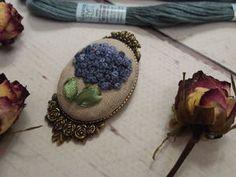 Изготавливаем брошь с вышивкой на металлической основе - Приятные мелочи. - Ярмарка Мастеров http://www.livemaster.ru/topic/2821667-izgotavlivaem-brosh-s-vyshivkoj-na-metallicheskoj-osnove