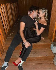 Hannah and Dylan from Paradise dress up for Halloween! Such a cute replication! Easy Couple Halloween Costumes, Easy Couples Costumes, Holiday Costumes, Halloween Outfits, Halloween Ideas, Halloween 2020, Halloween Makeup, Celebrity Couple Costumes, Celebrity Halloween Costumes