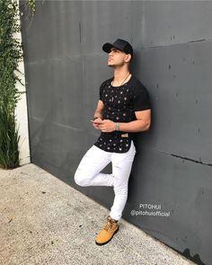 Outfit masculino: camiseta longline Pitohui com detalhes em estrelas transparentes e bota. Veja como usar a camiseta longline masculina no blog Marco da Moda