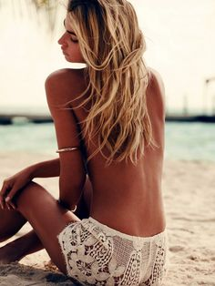 Deep tan, salty hair and white crochet shorts - Summer outfit inspiration and beach style ideas Crochet Shorts, Lace Shorts, Crochet Lace, Comfy Shorts, Crochet Summer, Bikinis Lindos, Mode Cool, Mode Hippie, Estilo Hippy