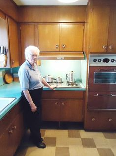 58 years in the same 1958 kitchen: Judy's mom Doreen's kitchen, Calgary – Retro Renovation I love old houses because 1950s Kitchen, Old Kitchen, Kitchen Decor, Kitchen Design, Retro Kitchens, Kitchen Colors, Knotty Pine Kitchen, Kitchen Ideas, Space Kitchen