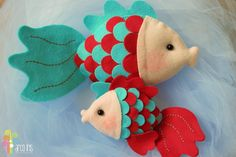 Peixinho de feltro Fabric Fish, Sewing Projects, Craft Projects, Felt Fish, Felt Animal Patterns, Mermaid Crafts, Felt Crafts Diy, Puppet Crafts, Fabric Toys