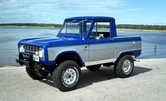 Two toned is too cool on an early bronco.love uncut fenders too!the love is multiplied on this one! Classic Bronco, Classic Ford Broncos, Classic Trucks, Classic Cars, Old Ford Bronco, Early Bronco, Jeep Truck, Pickup Trucks, Lifted Trucks