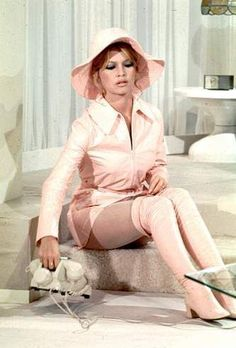 Brigitte Bardot in The Bear And The Doll Brigitte Bardot, Bridget Bardot, Pink Fashion, Fashion Beauty, Vintage Fashion, Vintage Style, Sixties Fashion, Hollywood Fashion, Hollywood Actresses