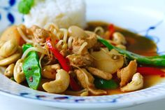 Ville tipsa om en god thaimiddag där hemma till er i sverige! ( Eller vart i världen ni nu bor)  Detta behöver du till 4 personer rapsolja 500 gram finstrimlad kycklingfile 1/2 strimlad röd paprika