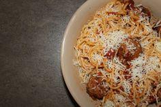 Μακαρόνια με κεφτεδάκια | Spaghetti with Meatballs Macaroni And Cheese, Spaghetti, Meat, Ethnic Recipes, Food, Mac And Cheese, Meals, Yemek, Noodle