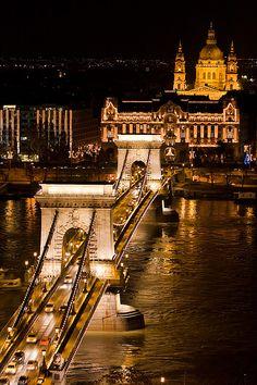 Às margens do rio Danúbio fica até difícil saber o que mais chama a atenção, se é a cúpula iluminada da Catedral Santo Estevão ou a ponte suspensa Szechenyi.