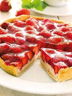 La VIDEORICETTA della Crostata di fragole e yogurt. La Crostata di fragole e yogurt è un dolce fresco e allegro (ma come si fa a resistere?) leggero e soprattutto super-goloso! Suvvia. All'opera!!! Delicious Vegan Recipes, Delicious Desserts, Dessert Recipes, Yummy Food, Strawberry Jam Tarts, Strawberry Recipes, Mousse Fruit, Fruit Tart, Tortillas Veganas