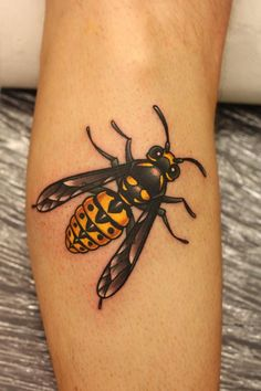 bumble bee...still want my beehive/bee tattoo!! This is cool!