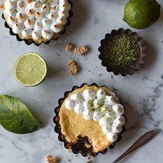 Und hier seht ihr die Mini-Variante unseres gestrigen Klassikers, dem Key Lime Pie, von @birdslikecake. Ihr habt auch Klassiker aus englischsprachigen Ländern auf dem Blog zum Thema Zitrusfrüchte oder plant sie zu backen? Dann zeigt sie uns! Mehr dazu auf dem Blog! (c) 📷 @birdslikecake - - - - - Mini variant of the Key Lime Pie from @birdslikecake - - - - - #instagood #food #foodblog #foodstyling #foodphotography #foodporn #keylimepie #pie #einherzfürklassiker #ausaltmachneu #klassiker…