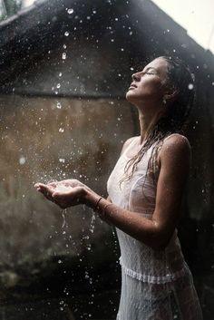 New Dancing In The Rain Photography Beauty Walks 36 Ideas Rain Photography, Abstract Photography, Photography Women, Beauty Photography, Portrait Photography, Photography Ideas, Kreative Portraits, Smell Of Rain, I Love Rain