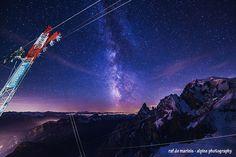 la via Lattea fra il Monte Bianco e i tralicci della funivia