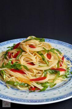 Spaghete cu ulei de masline, ardei si rucola - CAIETUL CU RETETE Pasta, Vegetarian Recipes, Food And Drink, Health, Ethnic Recipes, Buffet, Vegans, Recipes, Salads