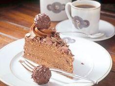 Rocher Torte - Wiener Kakao-Haselnussboden mit Sahne-Mascarpone-Nutella-Rocher-Creme und Schokoladen-Rocher Deko :) - http://www.fuersie.de/kochen/foodtrends/artikel/rezept-pompoese-rocher-torte