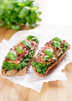 Křupavá slanina perfektně doplní jemné hráškové máslo. A přitom se vlastně pořád můžeme tvářit, že jíme zeleninové jídlo!; Mona Martinů