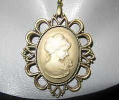 Bronzefarbene Halskette mit Kamee-Anhänger. Das Bild wurde in einen Brozerahmen eingefasst.    Sie zahlen nur einmalig 1,90 Euro Versandkosten, ega...