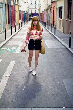 Du côté de Belleville il y a une jolie rue, colorée, le petit portobello road de Paris : c'est la rue Sainte Marthe.    On y boit des coups sur la petite place : un thé avec les copines au soleil, un verre avec les copains le soir. Un adorable petit coin caché que les habitants du quartier se gardent jalousement pour eux.