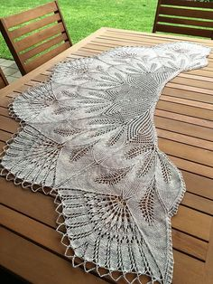 Shawl Patterns 493355334175967110 - Ravelry: Project Gallery for Leaf Wreath – Blattkranz Shawl pattern by Hayley Tsang Sather Source by Lace Knitting Patterns, Knitting Blogs, Shawl Patterns, Loom Knitting, Hand Knitting, Knitting Tutorials, Stitch Patterns, Knitted Shawls, Crochet Shawl