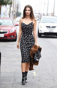 9 Dicas de estilo direto do closet de Emily Ratajkowky. Vestido preto estampado de comprimento midi, ankle boot de vinil, meia aparente preta