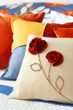 good tutorial on how to make those pretty felt roses for pillows, brooches, etc. Sewing Pillows, Pillow Fabric, Felt Fabric, Diy Pillows, Decorative Pillows, Pillow Ideas, Large Pillows, Felt Roses, Felt Flowers