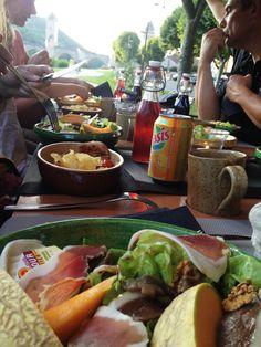 Repas sur la calèche près de #pont Valentré à #Cahors #Lot #MidiPyrenees #France #Voyages #Vacances #Travel #Holidays #Gastronomie #bridge www.tourisme-cahors.fr Photo : Romain Péroua
