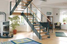 Gerne wird die Podesttreppe für Häuser mit versetzten Wohnebenen verwendet. #Treppe #Wohnen Foto: Treppenmeister // Mehr auf livvi.de