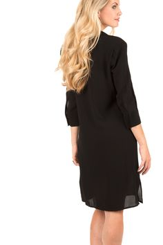 Ga voor chique in deze jurk van Elisabetta Franchi. Dit item komt met een grote strik bij de hals wat zorgt voor een speels en vrouwelijk effect. Het blouse model heeft een losse pasvorm, lichte vulling in de schouders en sluit met een rij onzichtbare knopen aan de voorkant. Voor een extra elegant geheel kun je de jurk combineren met mooie hakken en wat sieraden. -  Materiaal: 100% viscose - Handwas - De maten vallen normaal, het model draagt maat 36 - Lengte: 100 cm, borst: 45 cm…