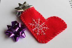 Skarpeta na prezenty z filcu ozdobiona haftem
