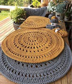 Wonderful carpets ideas of crochet - free knitting - Wunderbare Teppiche Ideen von Häkeln – Free Knitting Wonderful carpets ideas of crochet Crochet Pattern Free, Crochet Doily Rug, Crochet Placemats, Crochet Carpet, Crochet Round, Crochet Home, Crochet Patterns, Crochet Ideas, Crochet Table Mat