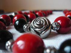 Collana rossa nera e rose in argento di BunnyJewel su Etsy, €30.00
