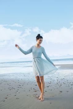Zart blaues Kleid aus Kid-Mohair selber stricken mit einer Strickanleitung aus Rebecca- mein Strickmagazin und dem ggh-Garn KID ( 65% Super-Kid-Mohair / 5% Schurwolle / 30% Polyamid). Garnpaket zu Modell 32 aus Rebecca Nr. 65 – by Rebecca Magazine