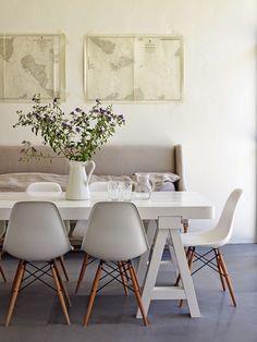 Het is een van de beroemdste stoelen die er bestaat, de Eames Dowel stoel, oorspronkelijk in 1948 ontwikkeld in metaal, in 1950 vervaardigd in fiberglass en tegenwoordig zijn ze gewoon in kunststof verkrijgbaar.