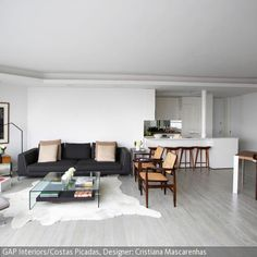 Hohe Decken schaffen in jedem Raum ausreichend Geräumigkeit. Man fühlt sich freier und hat mehr Platz für Möbel, ganz nach eigenem Geschmack. In diesem Wohnzimmer …