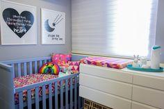 @amomooui em projeto especial da arquiteta @thaisabohrer para o quarto da filhota Maria Laura. Paredes cinza onde o colorido da decoração fez a diferença.  Roupa de cama e acessórios em tons da MOOUI. #decoration #girlsroom #quartodemenina #home #quartodebebe #nursery #modern #beautiful