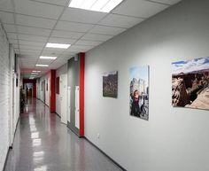 На стенах коридоров фотографии сотрудников