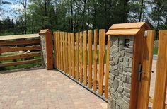Vstupní brána modřínového plotu