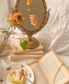 Cream Aesthetic, Gold Aesthetic, Classy Aesthetic, Aesthetic Room Decor, Aesthetic Vintage, Aesthetic Girl, Photographie Portrait Inspiration, Princess Aesthetic, Aesthetic Pictures