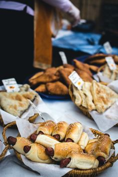 kaesekuchen mit wuerstchen, saftiger käsekuchen mit rosmarin und kirschen - kochportal, Design ideen