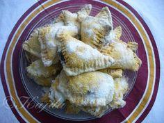 """""""Mrkvovníky"""" - výýýborné!!!!!! SUROVINYTĚSTO: 200g najemno strouhané mrkve, 300g polohrubé mouky, 200g másla, špetka soli, 1/2 balíčku prášku do pečivaNÁPLŇ: švestková povidla, marmeláda, tvarohová náplň....NA OBALENÍ: moučkový cukr + vanilkový cukrPOSTUP PŘÍPRAVYZe strouhané mrkve, másla, mouky promíchané s práškem do pečiva a solí, vypracujeme těsto. Na pomoučeném vále vyválíme plát silný asi tak 3 mm. Rádýlkem (můžete i nožem) vykrájíme čtverečky 6x6 cm velké. Do středu kaž..."""