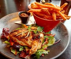 Remember when I said that in Ireland you'll find the best ingredients? This is the proof wright here. An fantastic chicken supreme with beautiful sweat potatoes fries fresh salad with roasted peppers and a beautiful sauce on the side. Fantastic and complete meal.   #limerick #ireland #irishfood #foodie #foodgram #instafood #chickensupreme #salad #sweatpotato #amazingfood