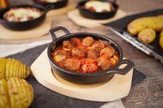 Kleine Hackbällchen aus dem Ofen, überbacken mit einer Tomatensoße und Kasar Käse mit Fächerkartoffeln aus dem Ofen.