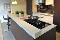 cozinha compacta com balcão branco em silestone