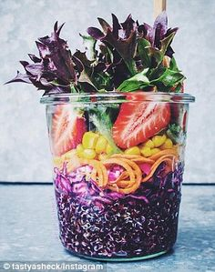 Black quinoa on the bottom filled up with blue cabbage, spiralized sweet potato with chioggioa beet confetti, corn, local strawberries and local salanova salad. Low Calorie Recipes, Healthy Recipes, Healthy Food, Weck Jars, Salad In A Jar, Prepped Lunches, Healthy Sides, Food Inspiration, Vegan Vegetarian