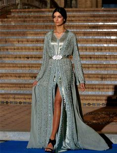 Image in arab fashion collection by Morrocan Dress, Moroccan Caftan, Oriental Dress, Oriental Fashion, Arab Fashion, Fashion Images, Arabic Dress, Caftan Dress, Mode Style