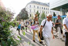 Bei geführten Spaziergängen lernen Sie Grätzl in ganz Wien kennen. Die Touren dauern in etwa eine Stunde. Anschließend gibt es bei Kaffee und Snacks Gelegenheit sich in gemütlicher Atmosphäre auszutauschen. Petra Jens, Beauftragte für Fußgängerinnen und Fußgänger freut sich auf Ihren Besuch. Petra, Street View, Snacks, Fashion, Tours, Kaffee, City, Studying, Moda